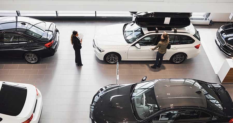 Autokauppa, nainen, myyjä, autotalo