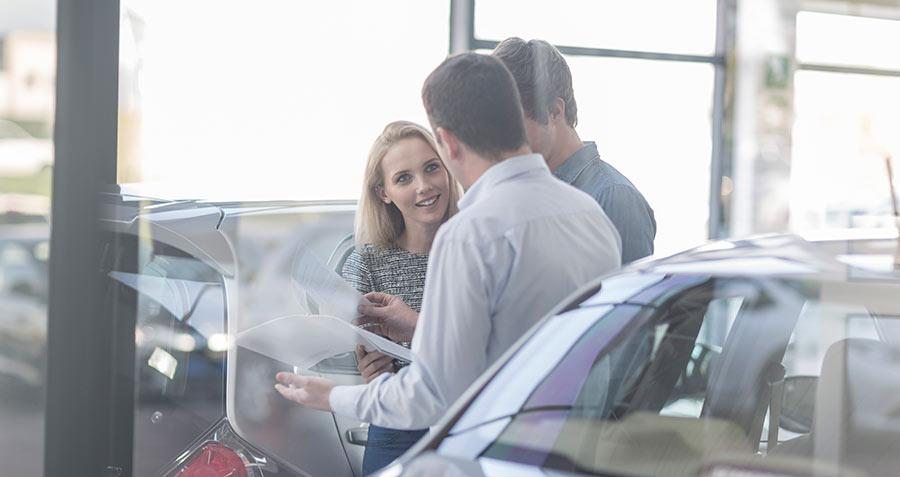 Autokauppa, pariskunta, automyyjä, keskustelu