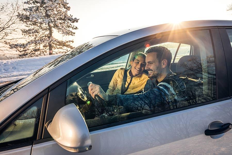 Auto, talvi, pariskunta