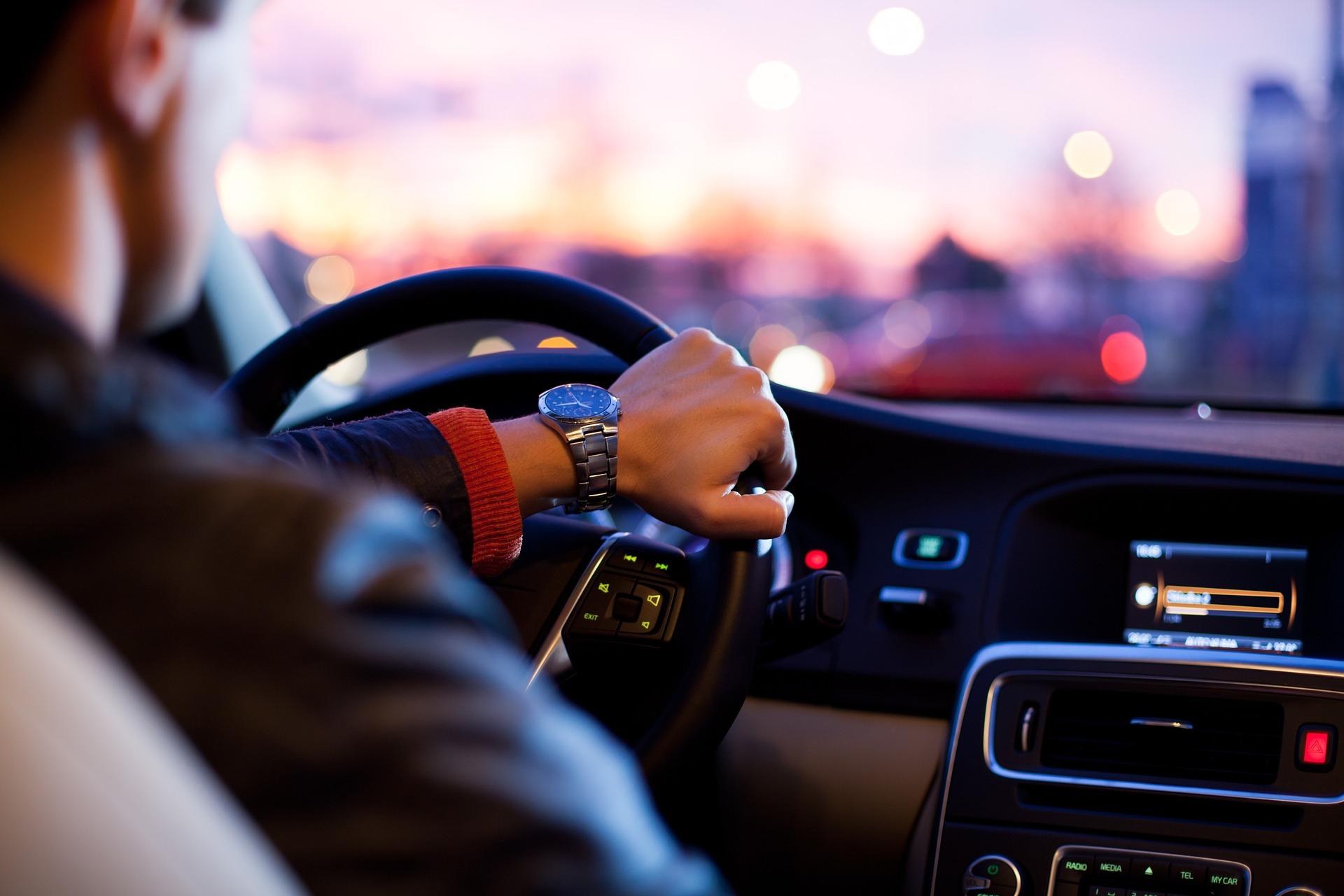 Mies, auto, käsi, kello, ajaa
