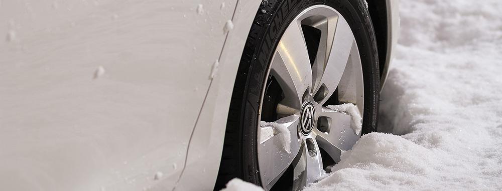 talvirenkaat. renkaat lumessa